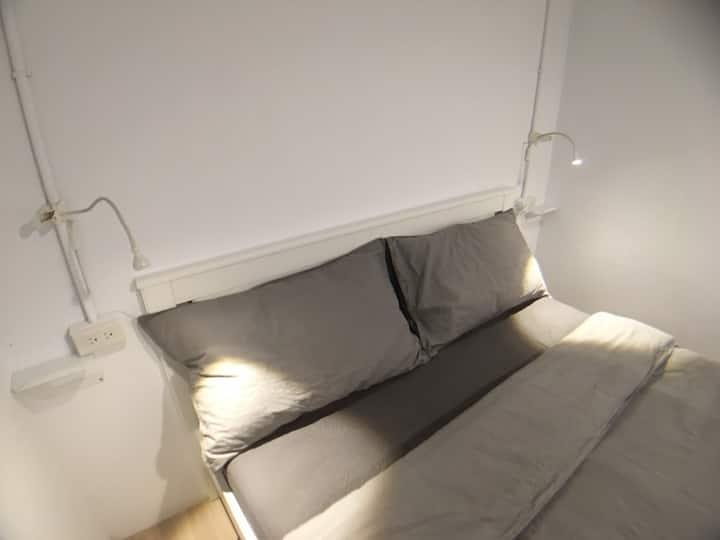 簡約純白小型雙人冷氣套房/乾濕分離衛浴/附電視/3分鐘到瑞芳火車站