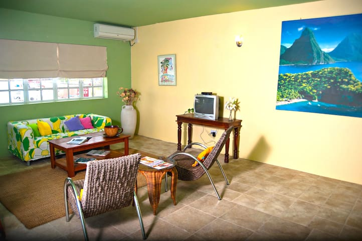 Loft-style Living--walking distance from beaches - Gros Islet - Pis