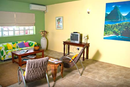 Loft-style Living--walking distance from beaches - Gros Islet - Apartmen