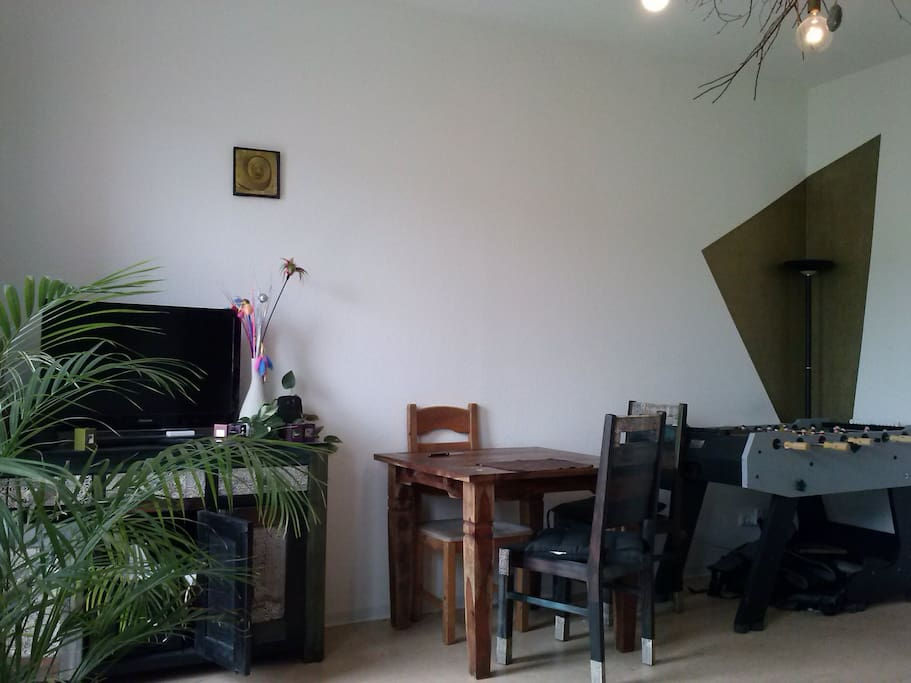 Wohnzimmer/ Living Room - Extendable Table + Kicker