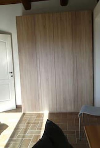 Piano primo, camera con 2-3 letti singoli e armadio.
