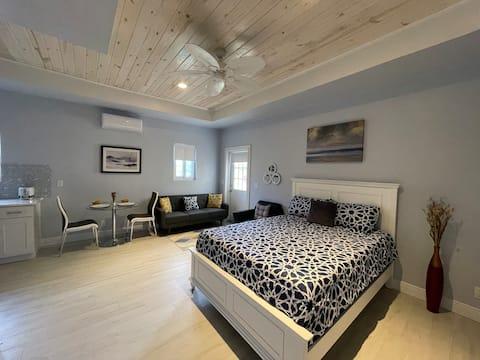 Nicole's Nest: Brand New Exquisite Studio Hideaway
