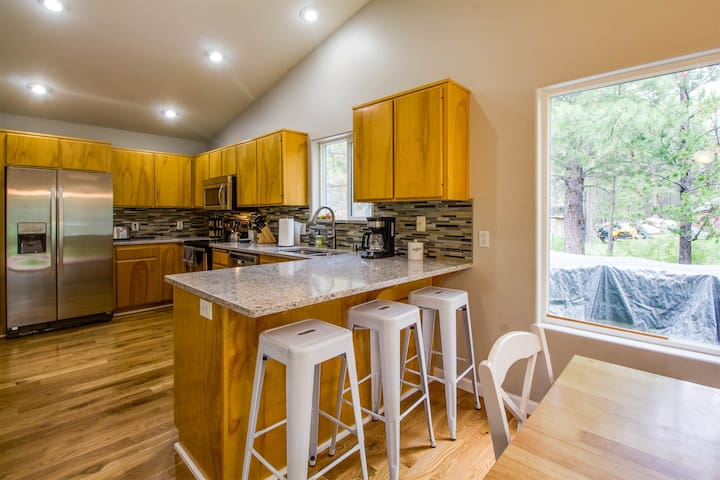 Fenced 1 Acre*Cozy and Serene*25 Min to Bachelor*Walkable to River Access