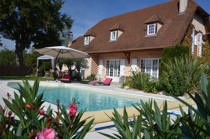 Chambres dans Maison Béarnaise avec piscine