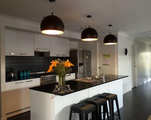 Big 4bedroom house, close to parks and beaches - Caloundra West - Hus
