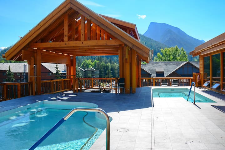 Rockies Room, 1 Minute from the Centre | Rooftop Hot Pools On-Site!