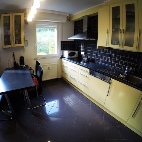 Full equiped Kitchen: Induction Cookingplate, Microwave, Oven, Coffeemachine, Paninimachine & all sort of Kitchentools. Simple Breakfast included (Coffee, Tea, Milk, Müsli, CornFlakes, Croissants..)