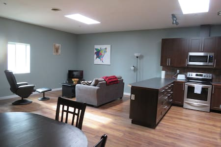 Downtown Apartment, 5 min to trails