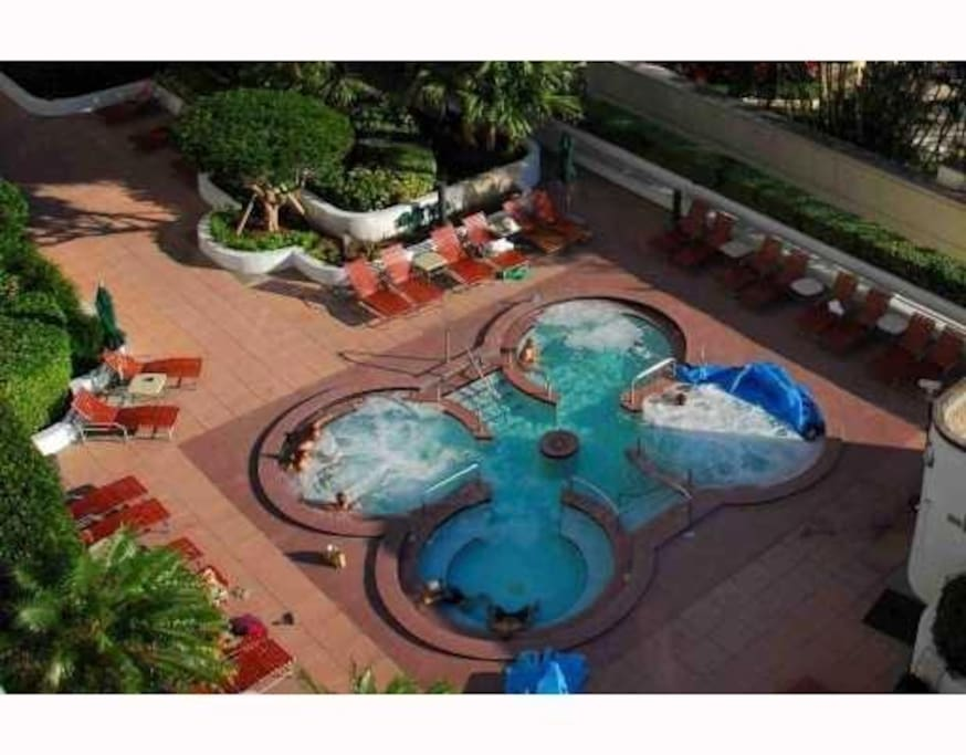 4 hot  jacuzzi  close to the pool
