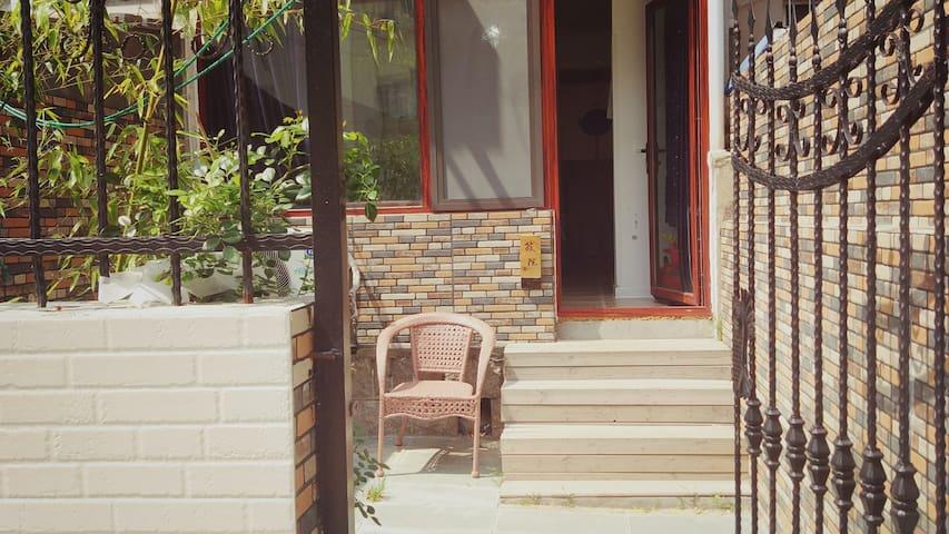 青岛五四广场附近 北欧风情一楼筱院,紧邻云霄路美食街