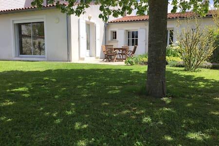 Grande maison sur grand jardin clos - Perigny - Hus