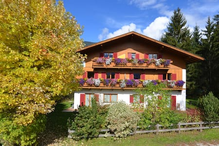Liebevoll eingerichtetes Appartement in Residence - Rasen-Antholz - House