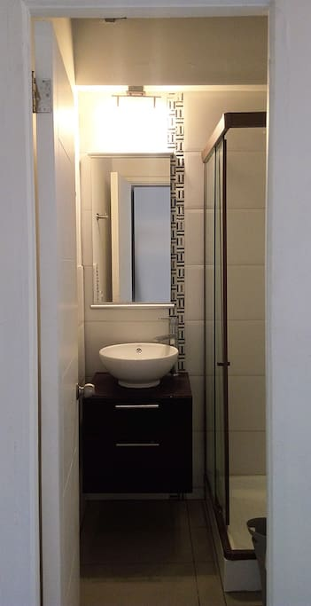 Baño con ducha shower door