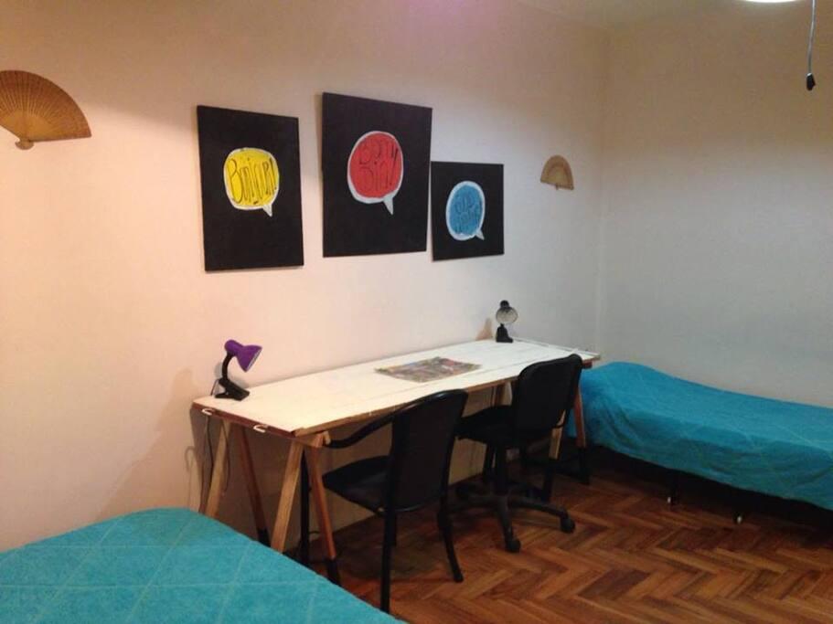 2 camas de 1 plaza y 2 escritorios individuales