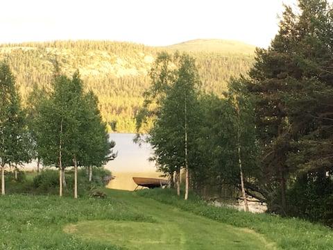modern Stuga med utsikt/ (båt) mot sjö och fjäll