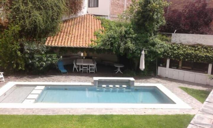 Habitación amplia y bien ubicada con piscina