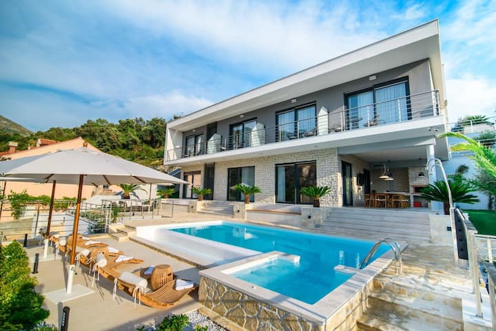 Luxury Hillside Villa - With Pool & Ocean View