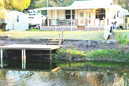 Charming Water Front Cottage  in Weeki Wachee