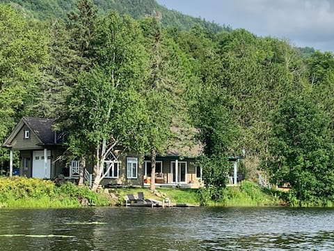 Magnificent intimate chalet at Lac Sainte-Marie
