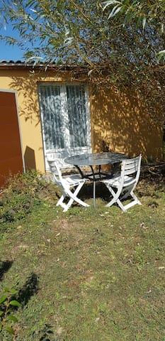 Studio dans jardin. Résidence principale