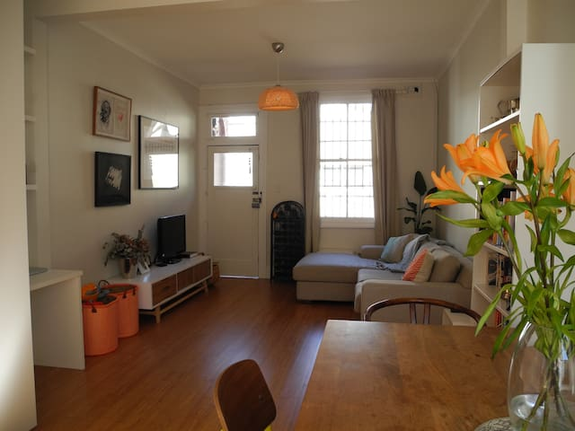 FAMILY FRIENDLY 2-BED REDFERN TOWNHOUSE