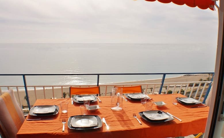 Vacation apartment with sea views, Wifi and parking on Canet de Mar beach, Costa Barcelona - CM112
