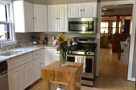 Bright, Clean & Quiet Two-Bedroom Downtown - Madison - Lejlighedskompleks