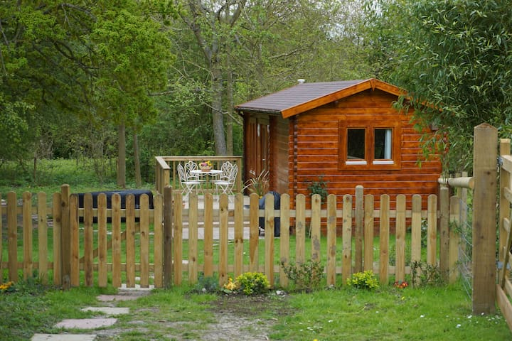 North Downs Cabin with Hot Tub - Dog friendly - Thurnham - Cabaña