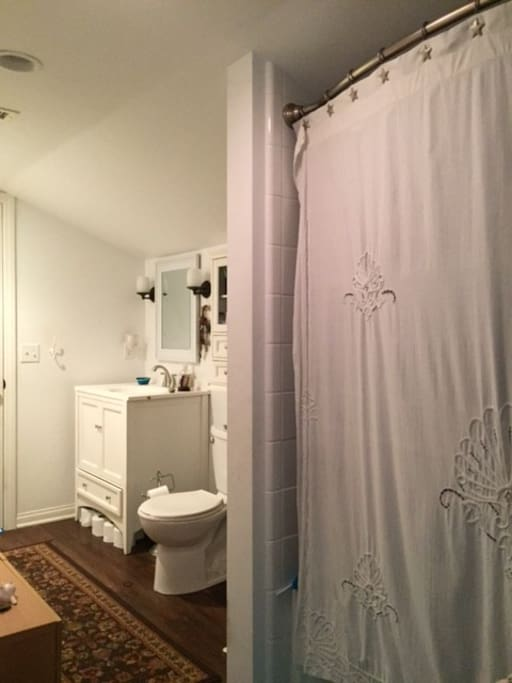 Full bathroom adjoins 2 rooms