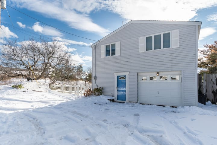 Beachy cottage w/ firepit & gas grill, close to beaches and the wildlife refuge!