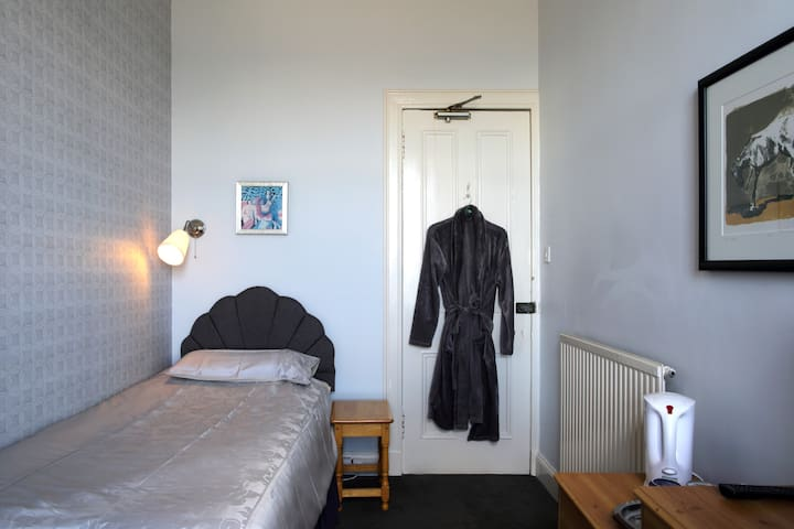 STANDARD SINGLE ROOM IN EDINBURGH in B&B