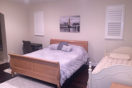 Private and Large Master Bedroom w/SPA - Hus