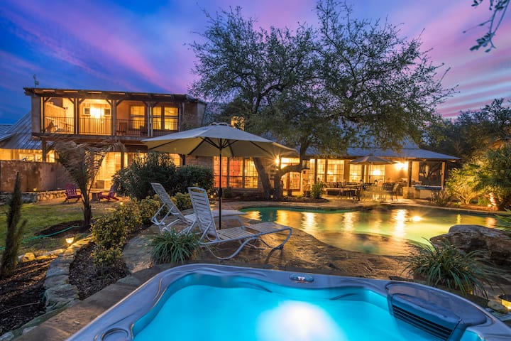 Rock n Wood- hill country living with swimming pool, 5 minutes to downtown Wimberley!