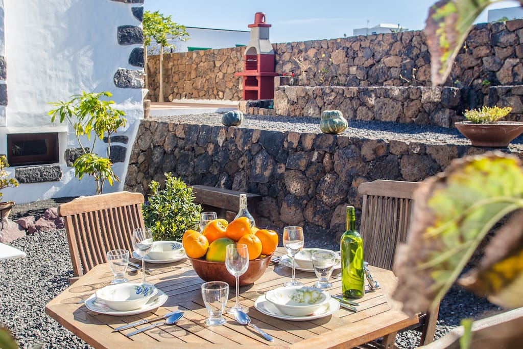 Mesa al exterior donde poder desayunar
