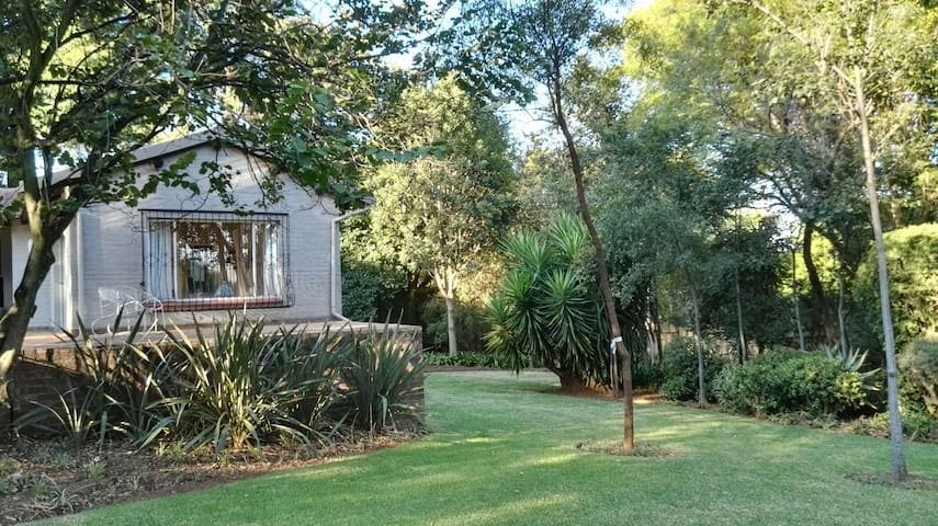 Bryanston Cottage, Stunning Garden, Great view - Sandton - Rumah