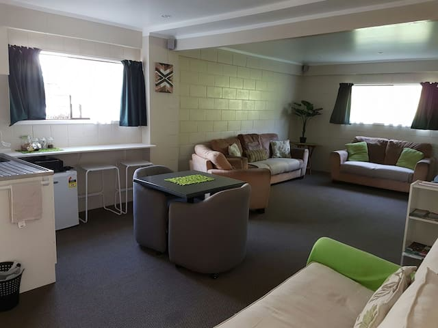 ROTOVEGAS BNB   X-Large 2 Bedroom with Open Plan - Rotorua - Bed & Breakfast