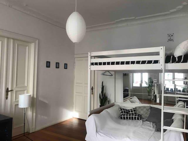 Cozy and spacious room in Neukölln
