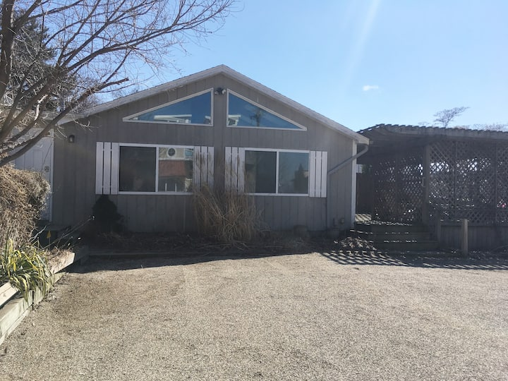Downtown Beach Cottage 3bed/1.75bath Great Getaway