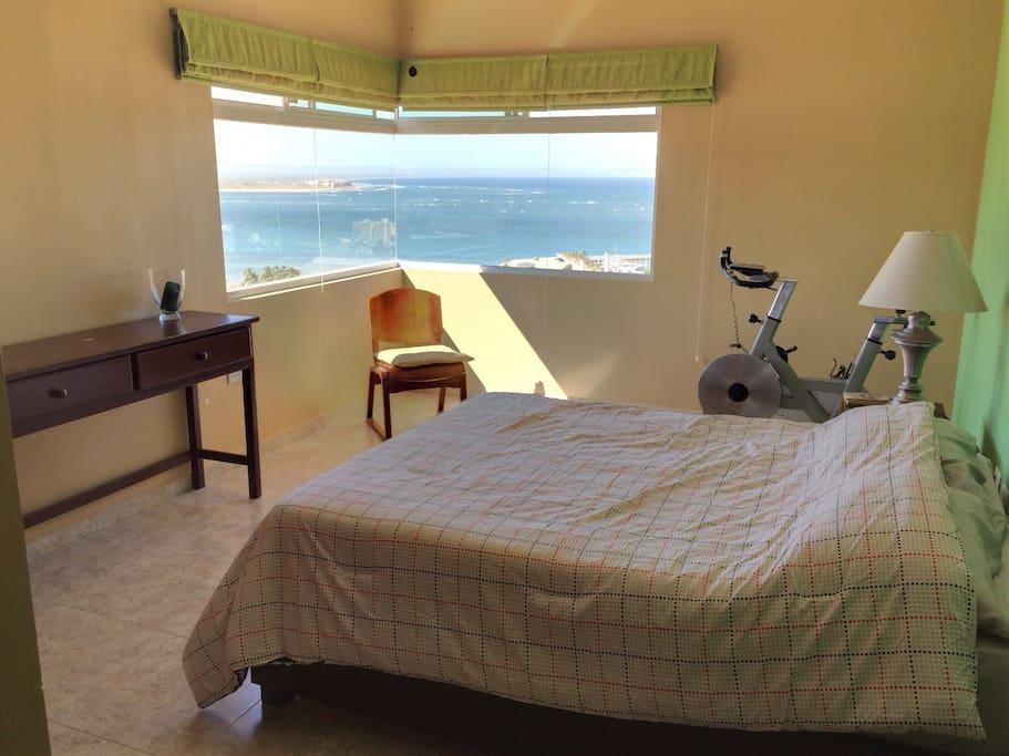 Green bedroom has a Queen size bed and the best view. La recámara verde tiene cama Queen size y la mejor vista.