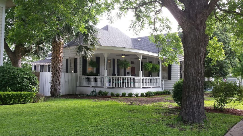 Welcoming Victorian Home in Quaint Taylor, TX - Taylor - House