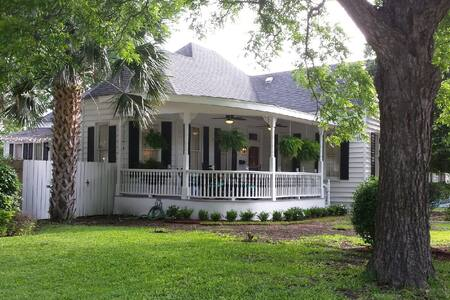 Welcoming Victorian Home in Quaint Taylor, TX - Taylor - Haus