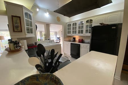 7Springs Hideaway - The Stone (2BD/1 BA) Apartment