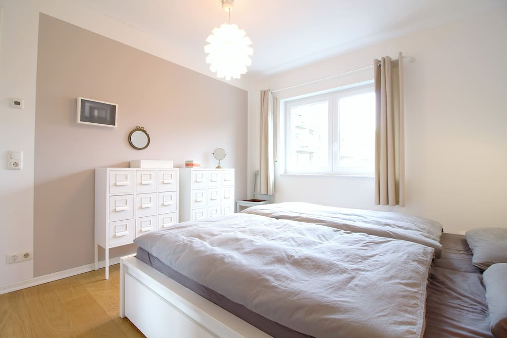 The master bedroom has a wonderful light ambiance and offers you high comfort.