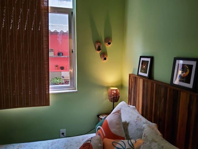 """""""Na janela lateral, do quarto de dormir..."""""""
