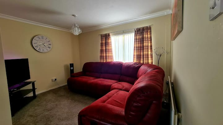 Lovely 3 beds entire house, private drive & garden