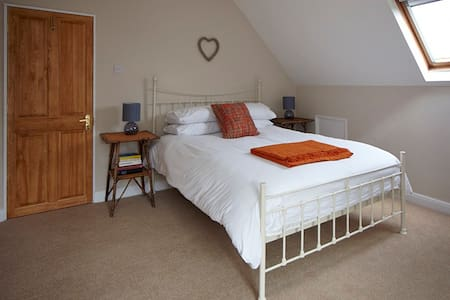 The Loft - bright king size room in farmstay B&B - Hunmanby