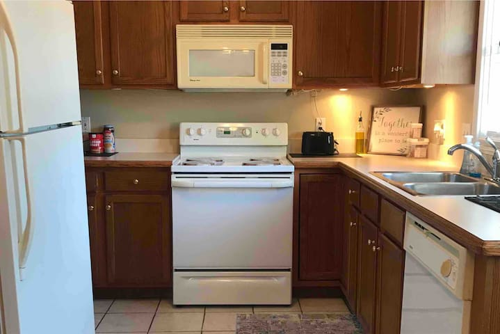 Kitchen with all major appliances