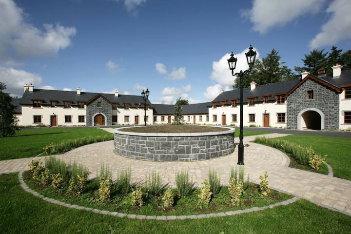 Mount Falcon, Courtyard Lodges, Ballina,  Co.Mayo - 4 Bed - Sleeps 8 - Ballina - Hus