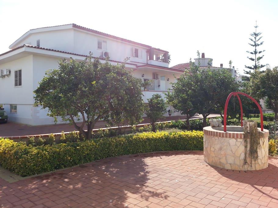 Rear Garden with space for Barbecue (Giardino posteriore con spazio per grigliate)