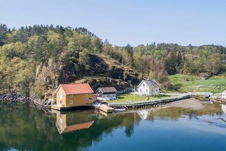 Nydelig anneks + stort sjøhus & egen brygge Marvik